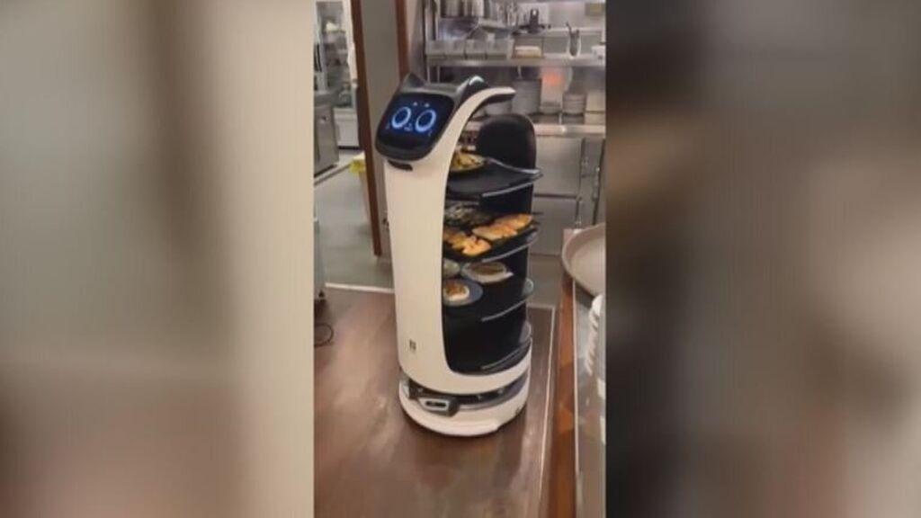 Un restaurante de Cambrils contrata a tres robots para reducir el esfuerzo de los camareros