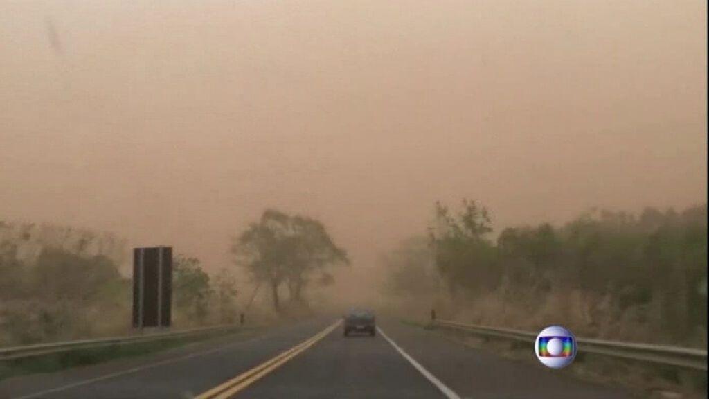 Una tormenta de arena tiñe de naranja los cielos de Brasil