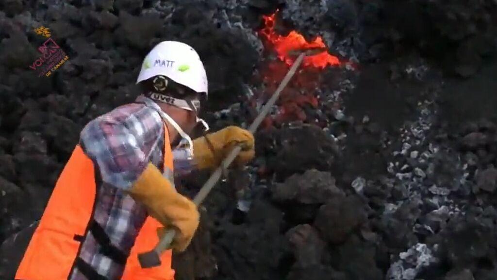Un técnico de INVOLCAN toma muestras del lava de la colada