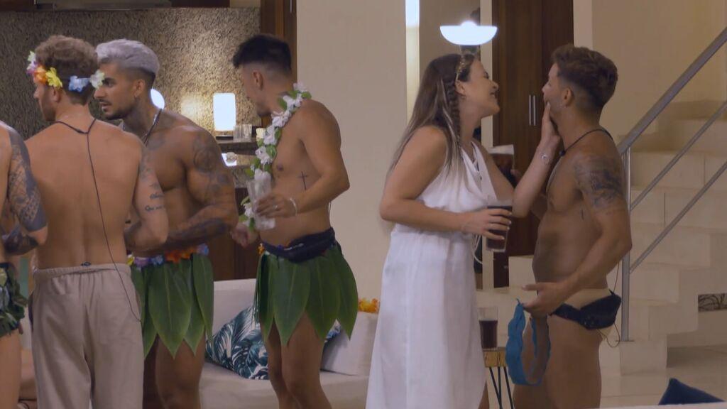 Marta Peñate y Manuel tontean delante de Andrea