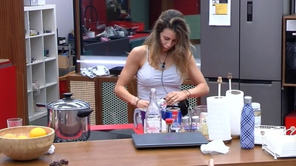 Cristina prepara café