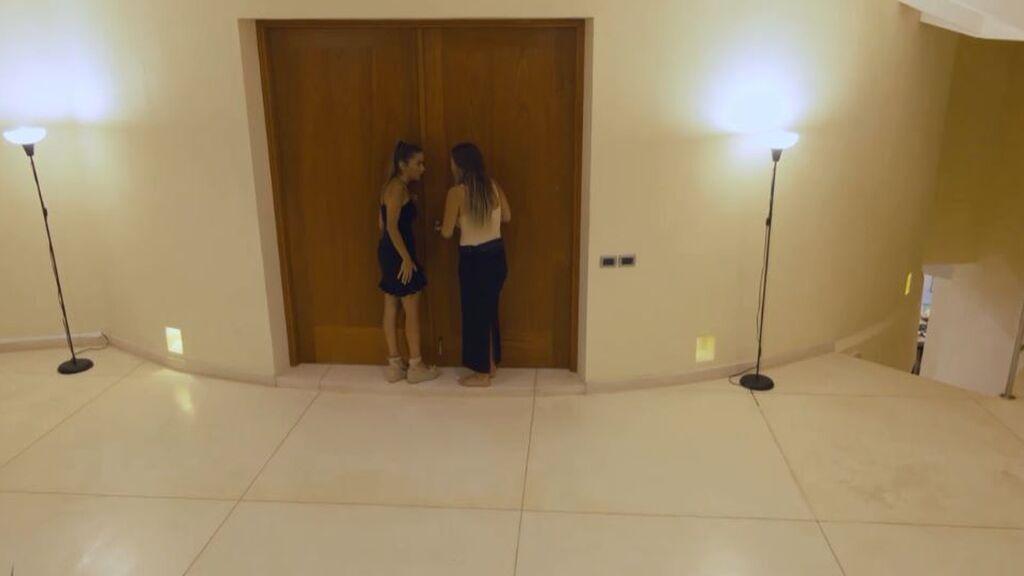 Marta y Lucía espían