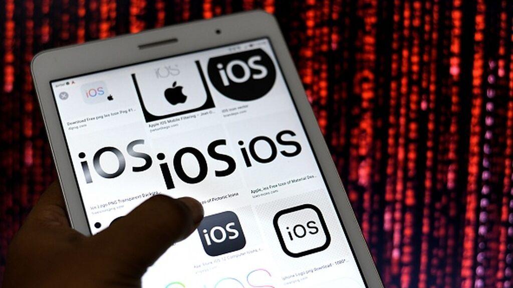 Ilustración del logo de iOS (Apple) en un móvil Android