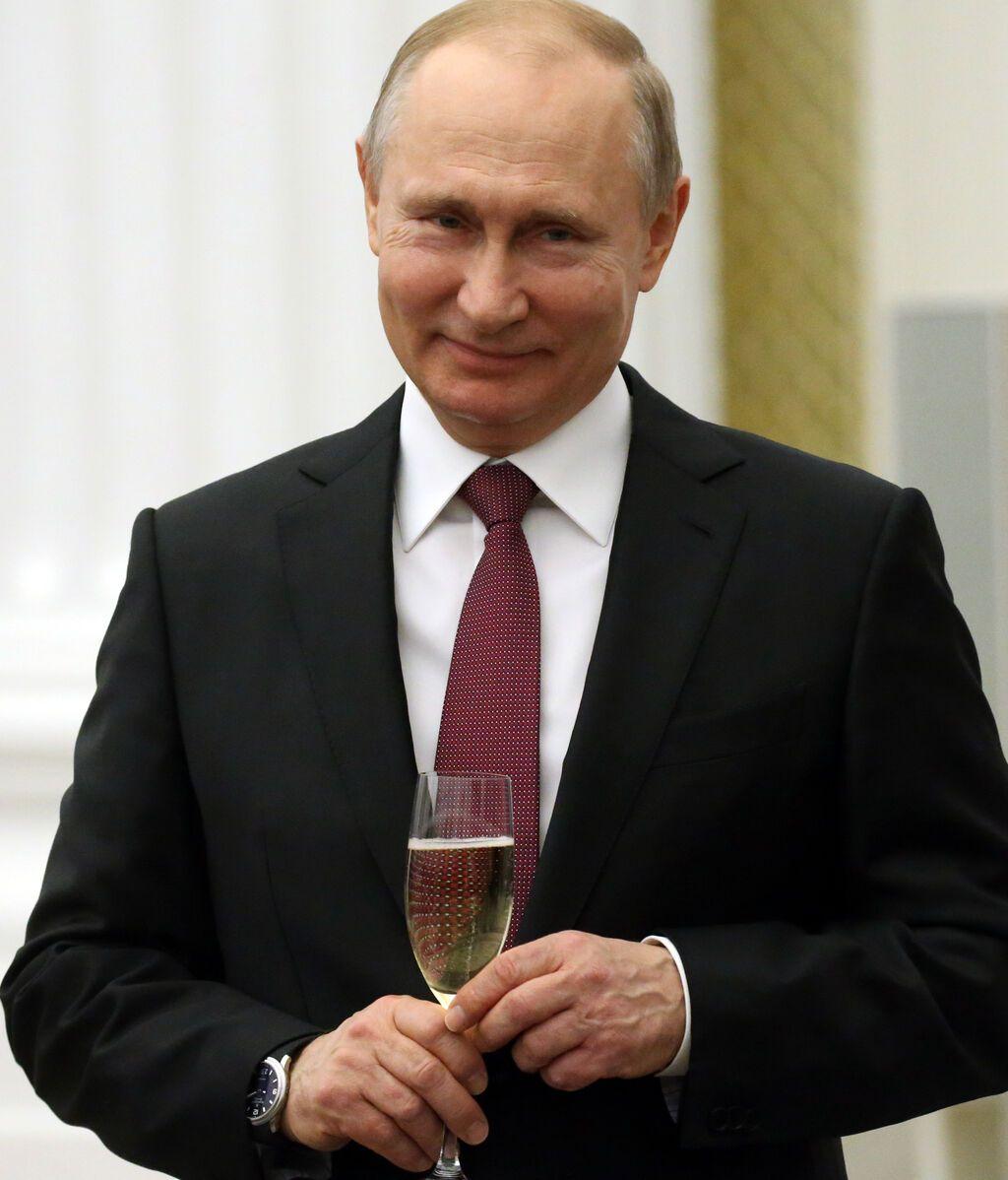 El presidente de Rusia, Vladimir Putin, con una copa de champán