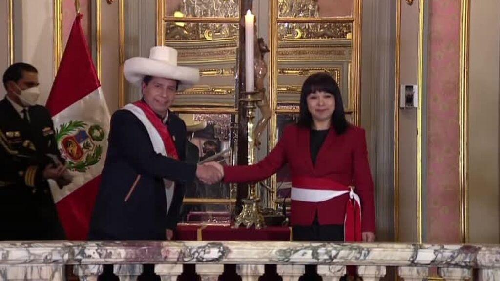 El presidente de Perú toma juramento de su nuevo Gobierno y se distancia del ala más radical