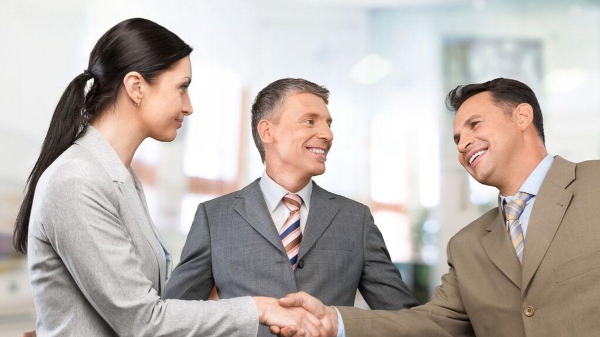 """Los besos en la oficina, no proceden: """"En la cortesía empresarial, apretón de manos y punto"""""""