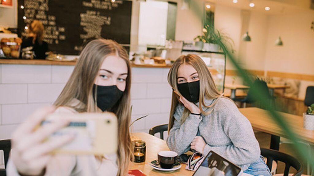 Sanidad no prevé retirar las mascarillas en interiores hasta la primavera de 2022