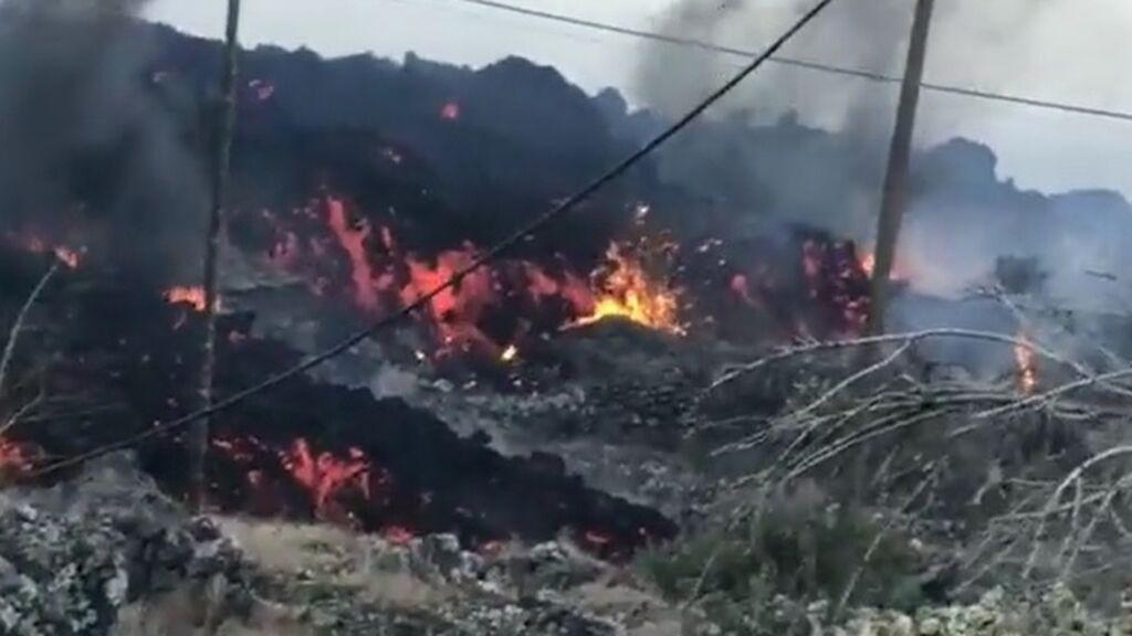 """La nueva colada de lava genera una """"tremenda"""" destrucción y dificulta el movimiento de los especialistas"""