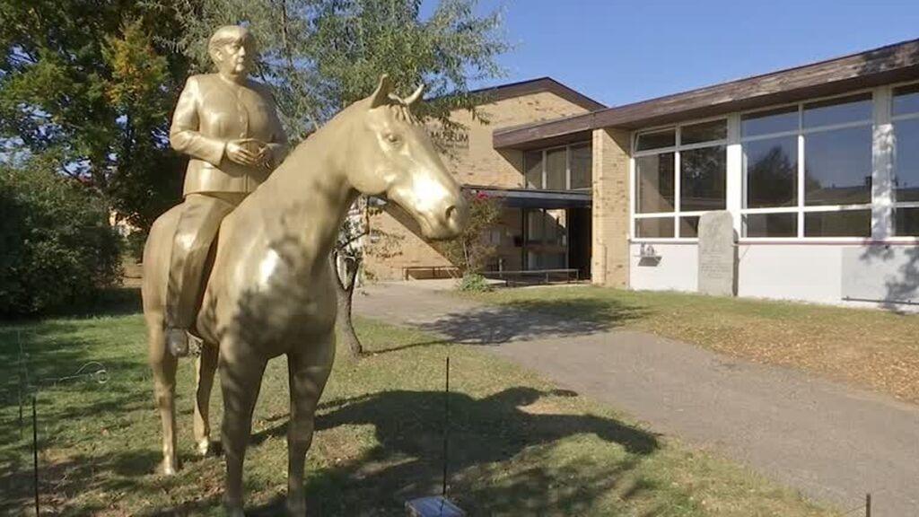 Una estatua a la entrada de un museo alemán muestra a Angela Merkel a caballo