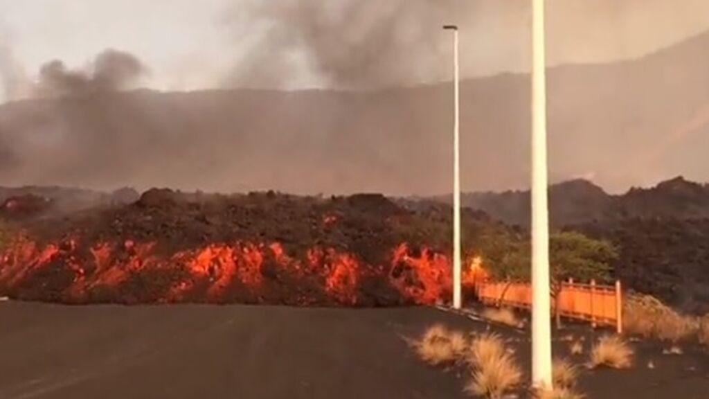 El avance imparable de la colada de lava por la zona del polígono industrial de Los Llanos de Aridane