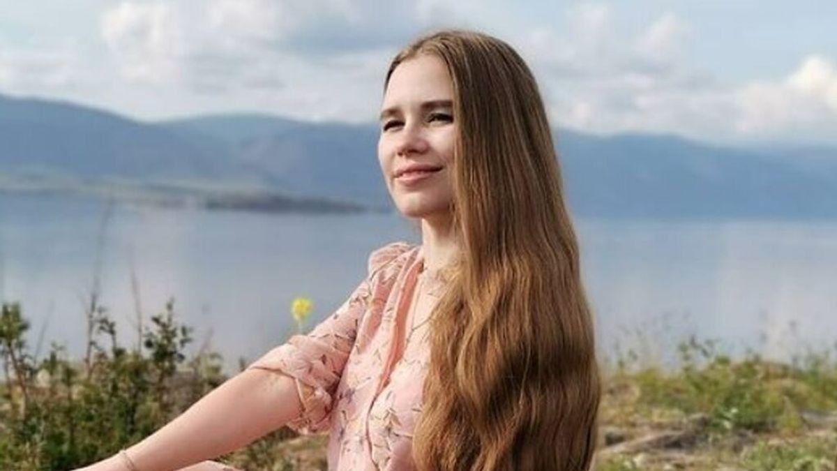 """Una tiktoker se convierte en """"la Rapunzel rusa"""": hace 23 años que no se corta la melena, que mide casi cinco metros"""