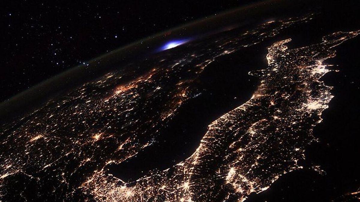 Captan desde la Estación Espacial Internacional una extraña luz azul sobre Europa