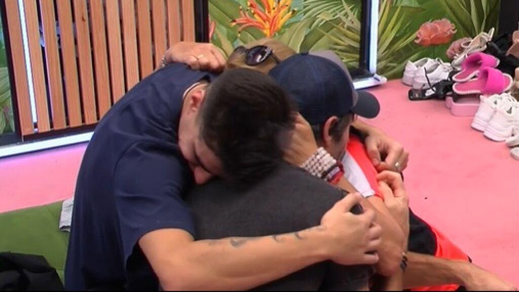 Canales, Lucía y Julen se abrazan