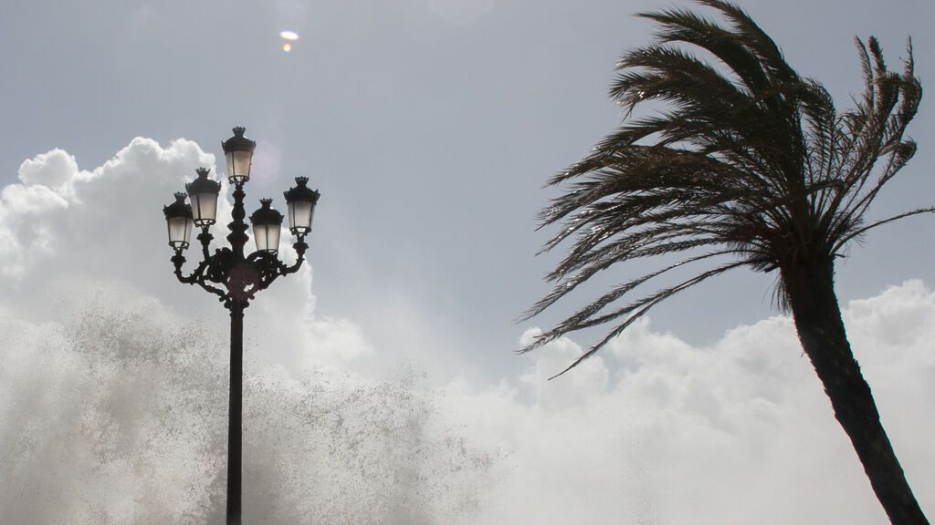 Alerta amarilla este lunes en Cádiz, Granada y Almería por fuerte viento y oleaje