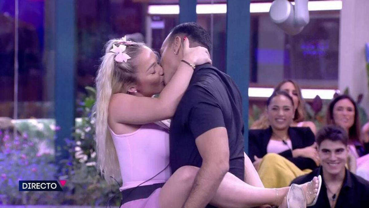 El beso de Emmy y Luis Rollán