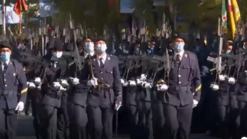 Vuelve el desfile a la calle y regresan los abucheos al presidente