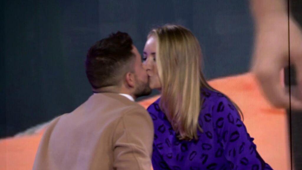Alba Carrillo pide perdón por su marcha de plató y se besa con Miguel Frigenti como penitencia