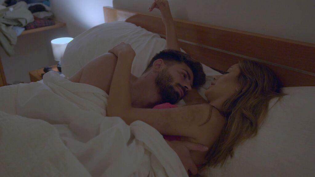 Isaac y Bela en la cama