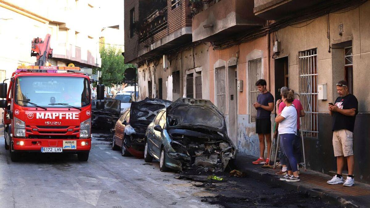 Un hombre quema su casa con su familia dentro, incendia 7 coches y dispara a la Policía en Molina de Segura