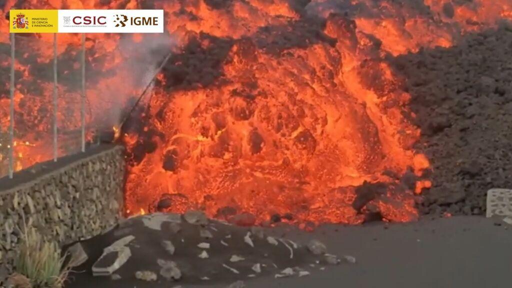 El avance de la colada de lava del volcán, grabado en primera línea