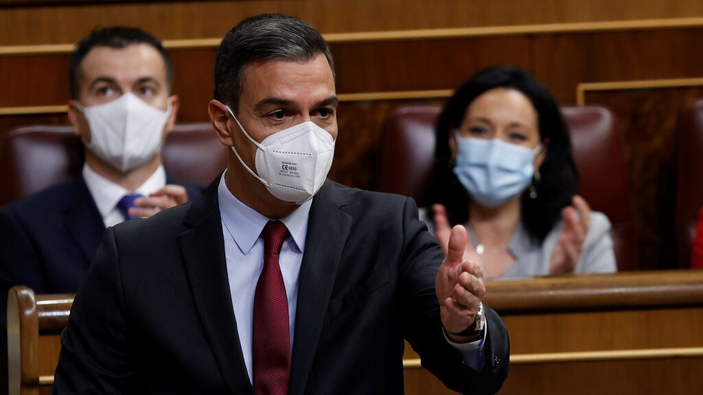 """Pedro Sánchez insiste: las eléctricas deben """"arrimar el hombro"""", pero está dispuesto a """"aclarar"""" el decreto"""