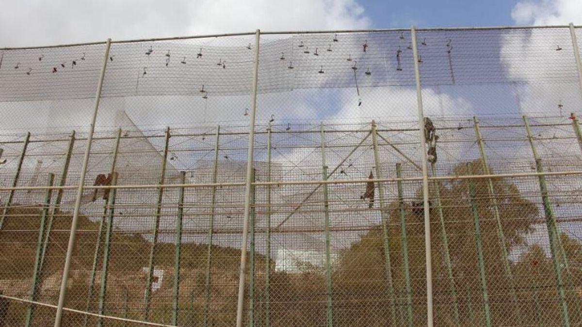 Hospitalizado un guardia civil tras un salto a la valla de Melilla de 12 migrantes de los que siete han pasado