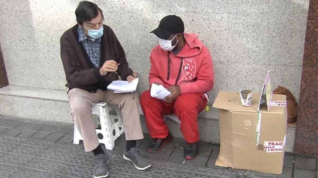 Un profesor jubilado da clases gratis en plena calle a un indigente en Bilbao