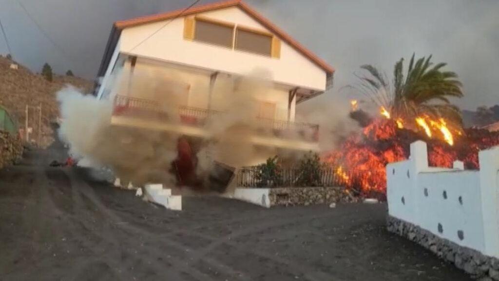 La colada norte del volcán de La Palma derrumba viviendas que parecían salvadas