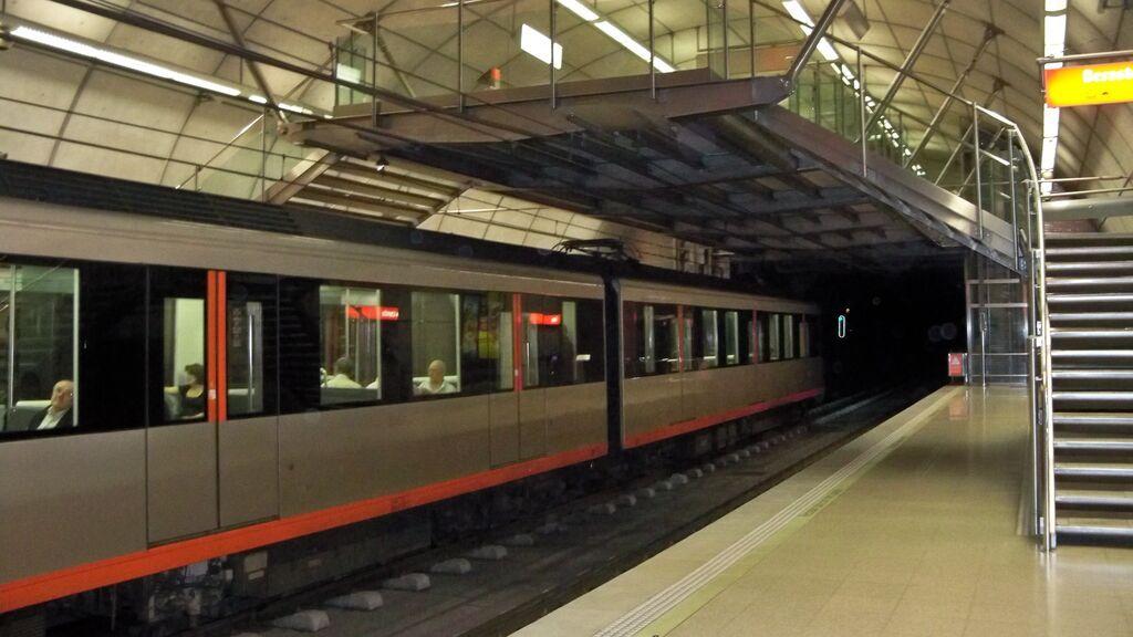 Un viajera golpea y amenaza a una trabajadora de Metro Bilbao por no dejarle viajar con su perro