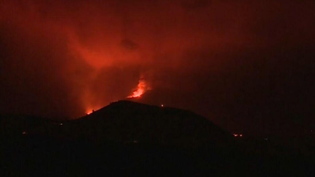 El volcán de La Palma ruge durante la noche tras 25 días en erupción