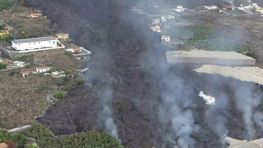 Un dron graba los brazos de la lava y cómo se bifurcan destruyendo en varias direcciones