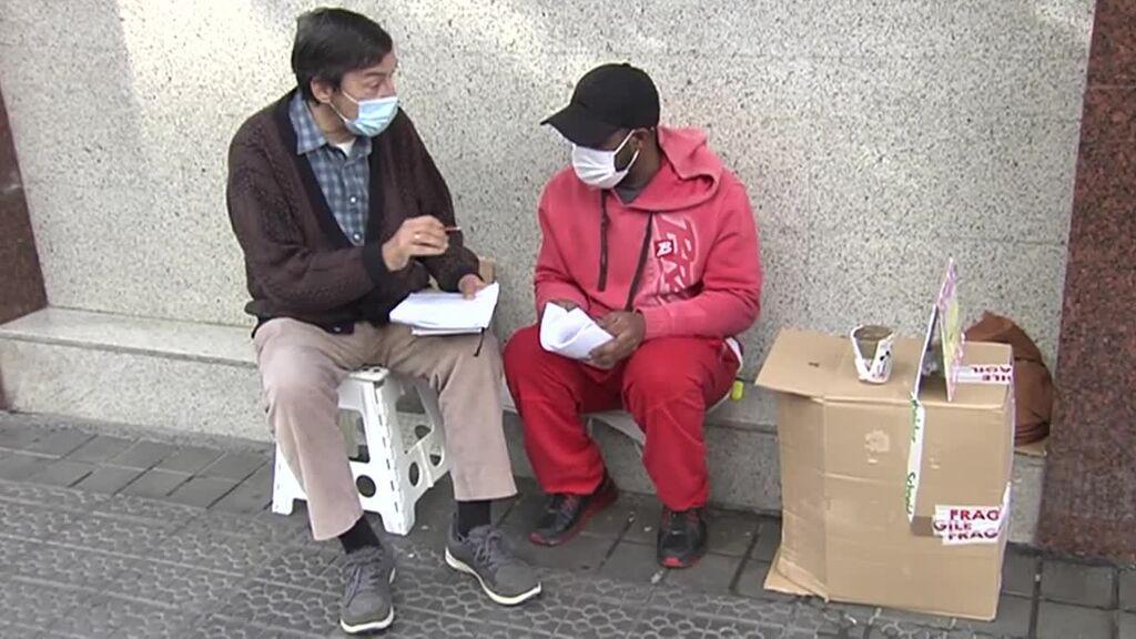 César, el profesor jubilado que enseña matemáticas a un mendigo para que encuentre trabajo