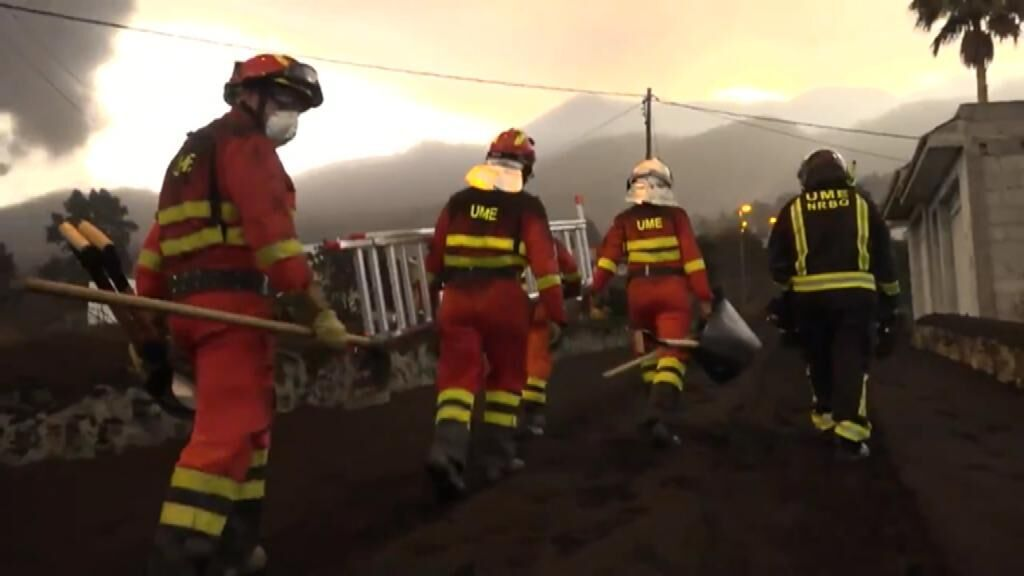 La UME retira ceniza volcánica en La Palma
