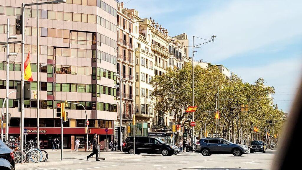 Junts se indigna por la presencia de banderas españolas en el Paseo de Gracia de Barcelona tras el 12-O