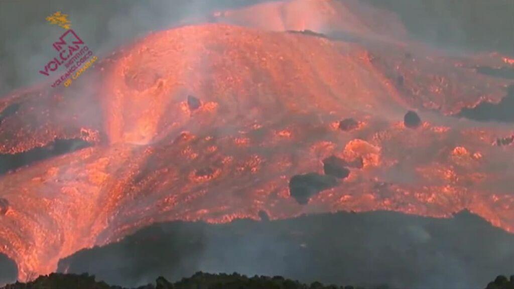 Avalancha de lava tras romperse la boca del volcán
