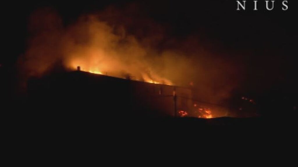 Decenas de vecinos evacuados a medianoche por el avance de la lava en La Palma