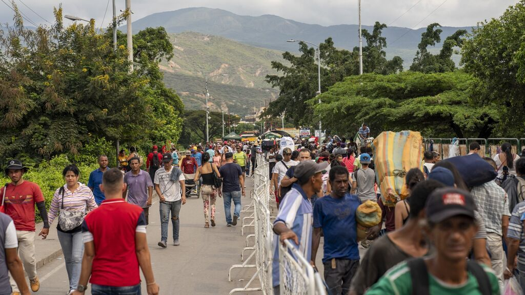 Colombia inicia la entrega de las tarjetas que regulan la situación de venezolanos en el país