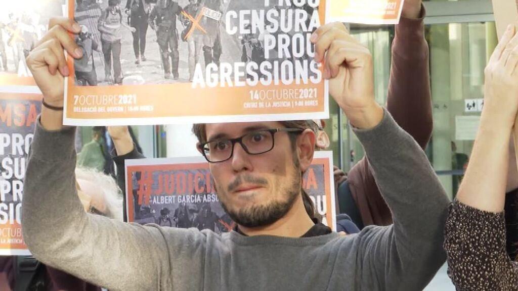 Decenas de compañeros apoyan al fotoperiodista Albert García en el juicio por agredir a un policía
