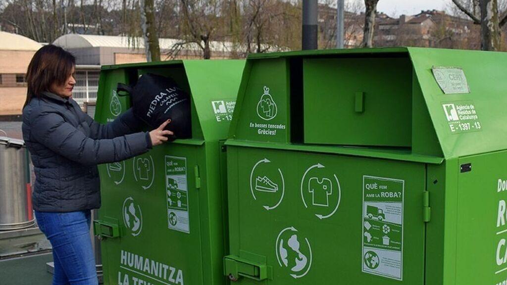 Contenedores para reciclar ropa, ¿qué se hace de verdad con lo donado?