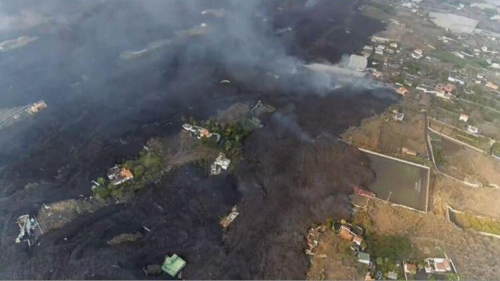 Un dron graba la colada que está forzando nuevas evacuaciones y que arrasa el campo de fútbol de La Laguna