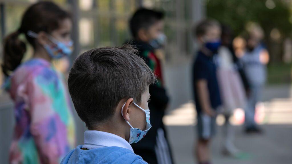 La mascarilla en los niños, dentro y fuera de las aulas: ¿necesaria o contraproducente?