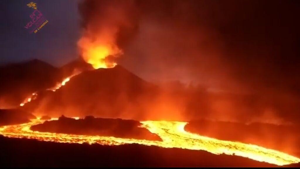 Ríos de destrucción en La Palma: así avanzan las coladas de lava devastando la zona de Las Manchas