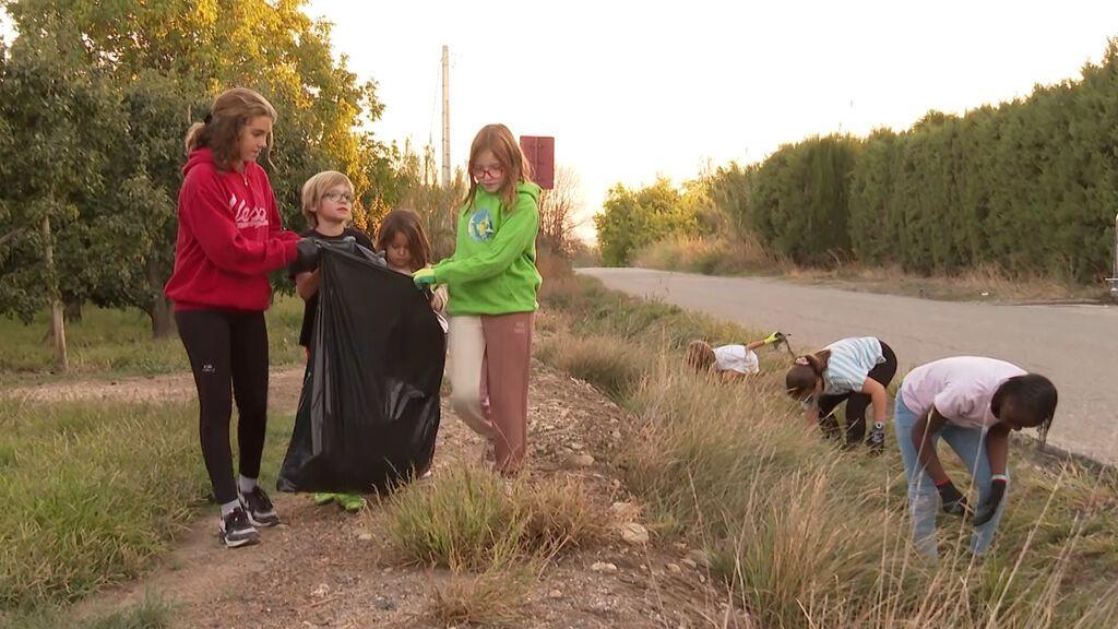 Lucía Pàmpols organiza con nueve años recogidas de basura en entornos naturales de Lleida