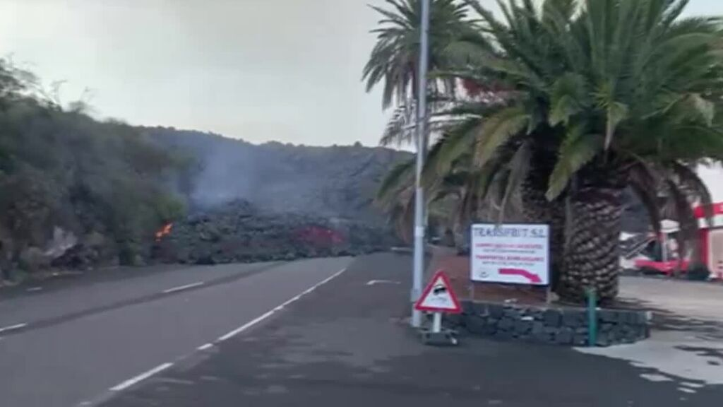 El volcán sigue arrojando lava y alimentando las coladas que destruyen todo a su paso
