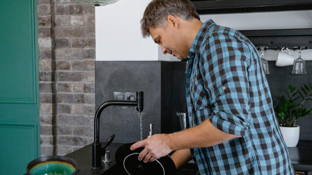 hombre lava platos