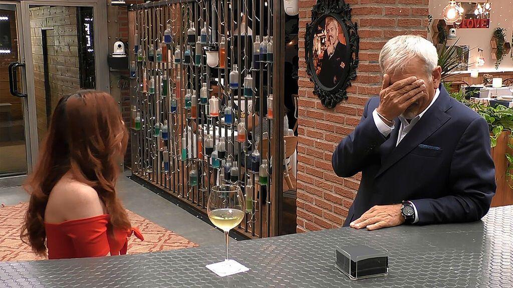"""Carlos Sobera, asustado ante la petición de Ángela: """"¿Qué está pasando que ya pedimos gente normal de la cabeza?"""""""