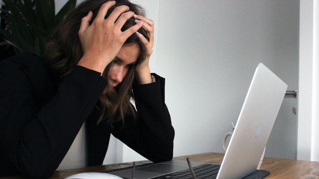 Una chica descubre que su novio le está siendo infiel con su mejor amiga gracias a un email