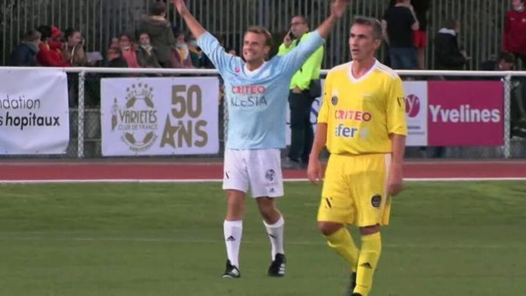 Macron marca un gol en un partido benéfico para recaudar fondos para hospitales de Francia