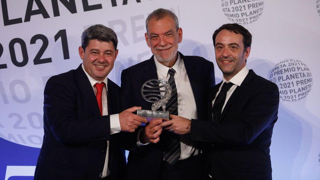 El premio Planeta desvela los tres autores bajo el seudónimo de Carmen Mola