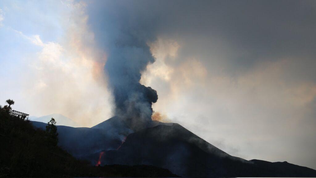Última hora del volcán de La Palma | Una nueva boca emerge con una nube de cenizas al sur del cono principal